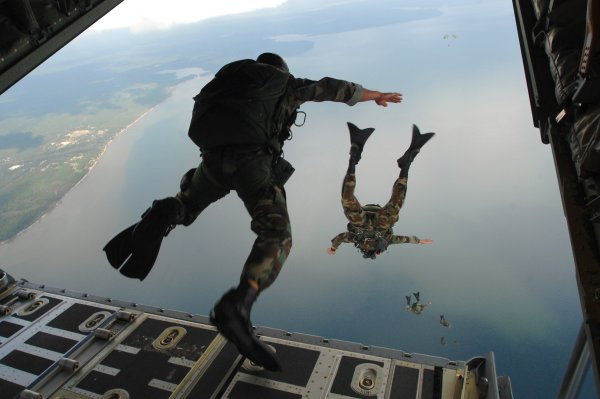 USAF parachutists jumping from plane.